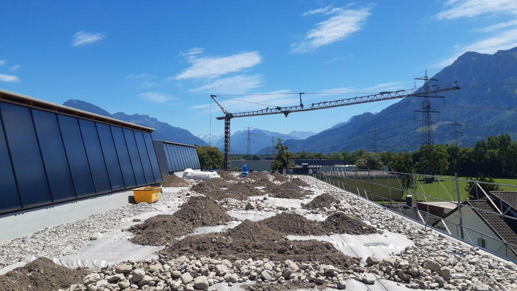Bauarbeiten auf dem Dach der Produktionshalle in Schlins